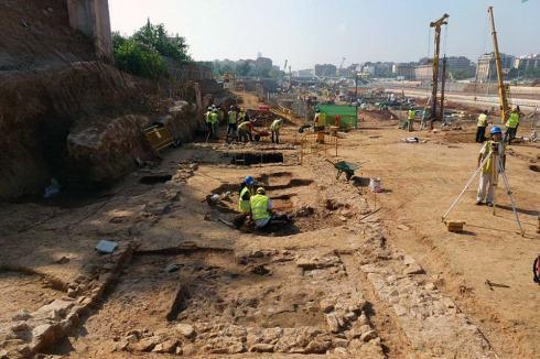 Vista general de las tres fosas de las prensas, en proceso de excavación, cerca de la villa romana de La Sagrera. Foto: Antoni Martín / Tribuna d'Arqueologia